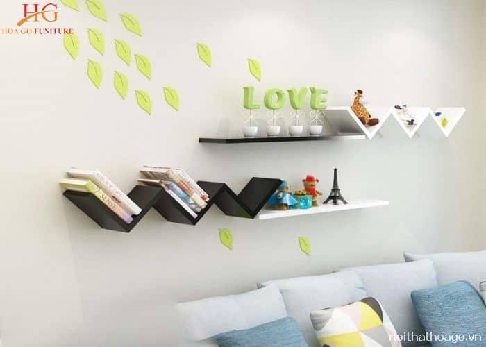 Kệ gỗ treo tường làm tăng thêm giá trị thẩm mỹ cho căn phòng