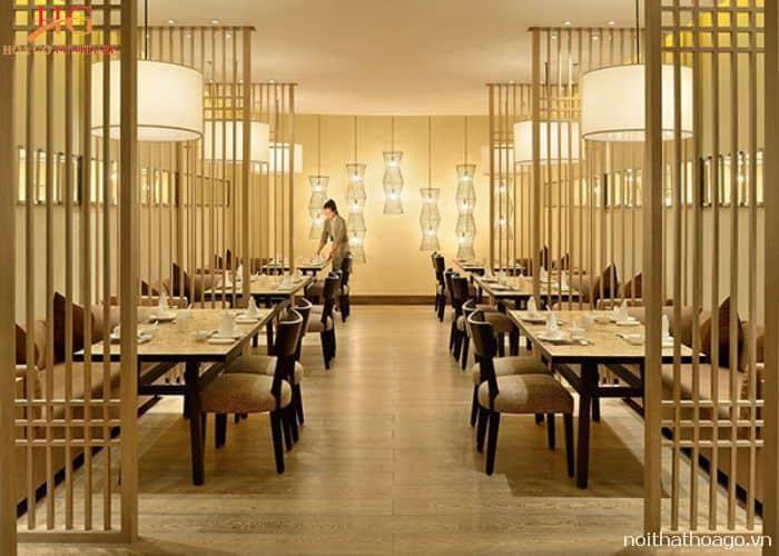 Mẫu vách ngăn cột đứng đơn giản nhưng hiện đại phù hợp với phong cách quán cafe sang trọng