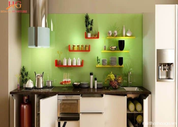 Mẫu kệ gỗ có màu sắc nổi bật cho nhà bếp