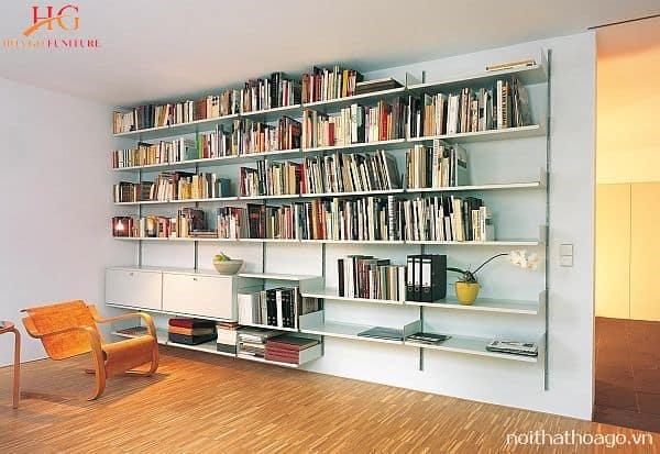 Chiếc kệ treo tường đơn giản được ưu tiên bởi khả năng lưu trữ đồ sộ