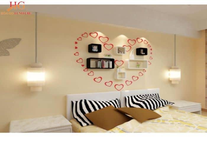 Không gian phòng ngủ lãng mạn với kệ gỗ sắp xếp theo hình trái tim