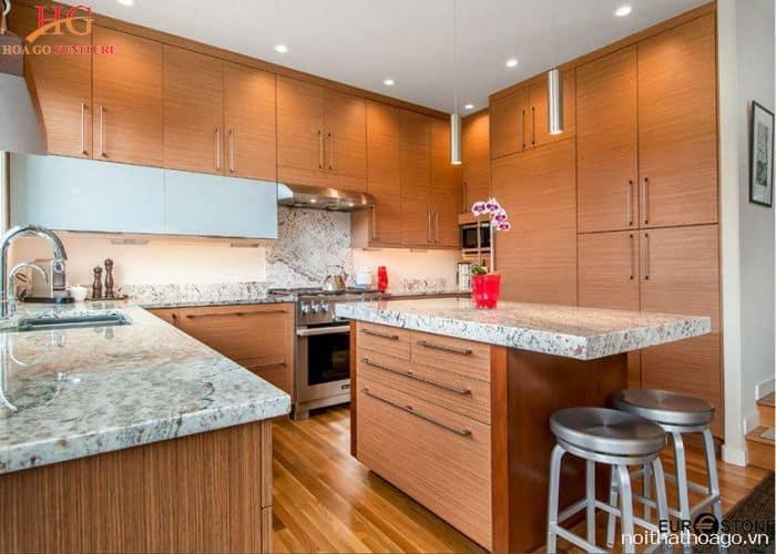 Tủ bếp gỗ kết hợp bề mặt làm từ đá granit