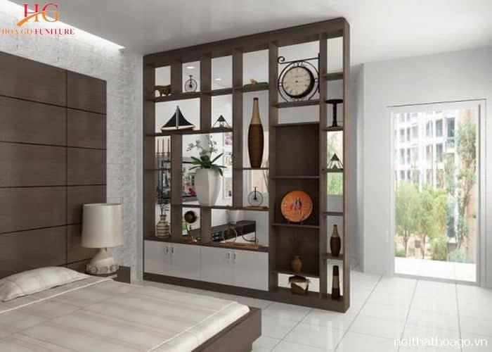 Vách ngăn gồm nhiều kệ giúp trang trí phòng ngủ thêm đẹp mắt