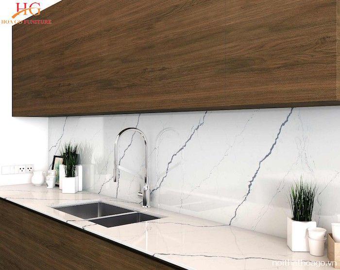 Mẫu tủ bếp cao cấp ốp đá tường sáng tạo dễ vệ sinh