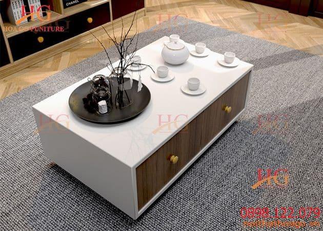 Bàn sofa được thiết kế với gam màu trắng, điểm xuyết nâu vân gỗ đem lại cảm giác sang trọng và hiện đại cho căn phòng khách. Giá sản phẩm trang trí nội thất