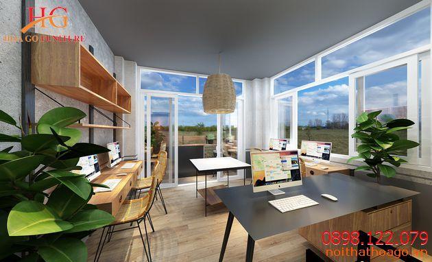 Hệ thống cửa kính giúp văn phòng làm việc nhỏ này tận dụng tối đa ánh sáng tự nhiên và gió trời khi muốn.