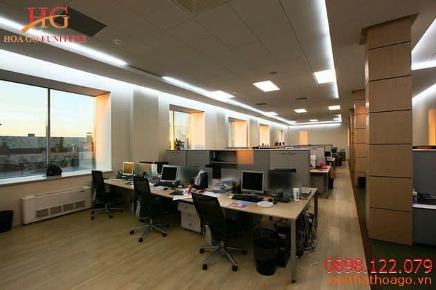 Ý tưởng thiết kế nội thất văn phòng mở với gam màu sáng giúp căn phòng được tối ưu hóa diện tích hơn rất nhiều.