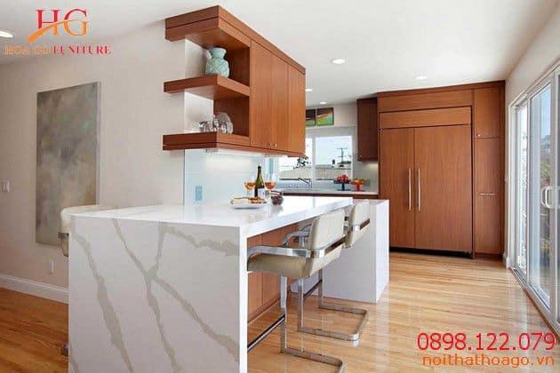 Phòng bếp sử dụng nội thất gam màu nóng nổi bật. Sản phẩm nội thất gia đình