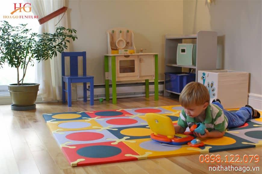 Các vật dụng được lắp đặt trong phòng phải thân thiện và an toàn với trẻ nhỏ
