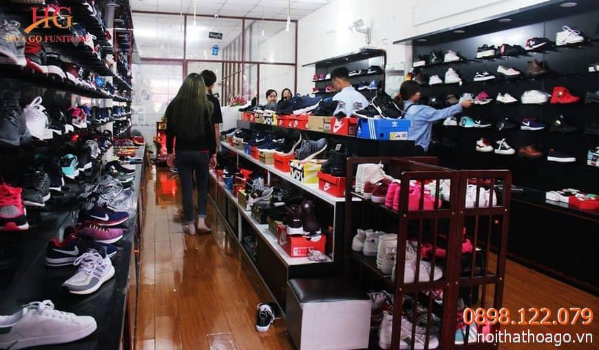 Bạn nên lưu ý chọn mua kệ trưng bày quần áo, giày dép phù hợp với không gian shop của mình