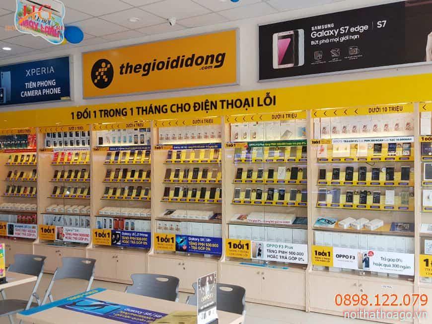 Tủ kệ trưng bày hàng điện tử thường được đặt theo yêu cầu và trang trí bằng logo tên thương hiệu