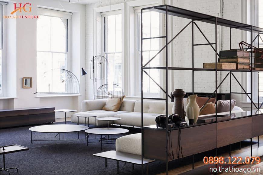 Tủ trưng bày sản phẩm và tủ đồ tuân theo phong cách thiết kế tối giản của showroom