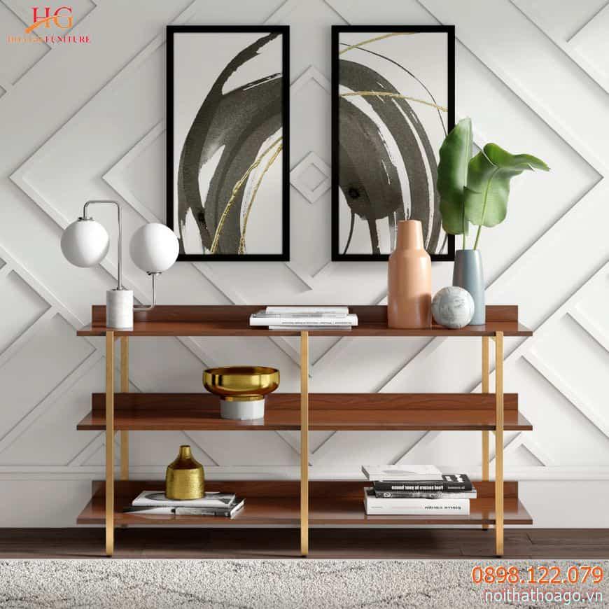 Kệ gỗ kết hợp với cột trụ bằng sắt thanh lịch, phù hợp với nhiều phong cách kiến trúc