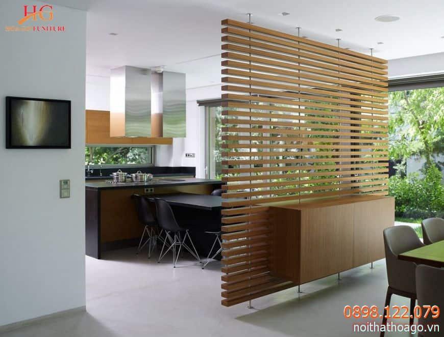 Vách ngăn bằng gỗ là một vật trang trí khiến căn phòng sang trọng hơn