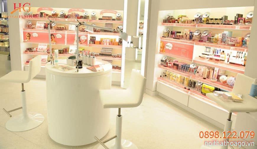 Bố trí sản phẩm đẹp mắt tại khu vực trọng yếu, dễ nhìn thấy trong cửa hàng để gây ấn tượng sâu sắc với khách hàng
