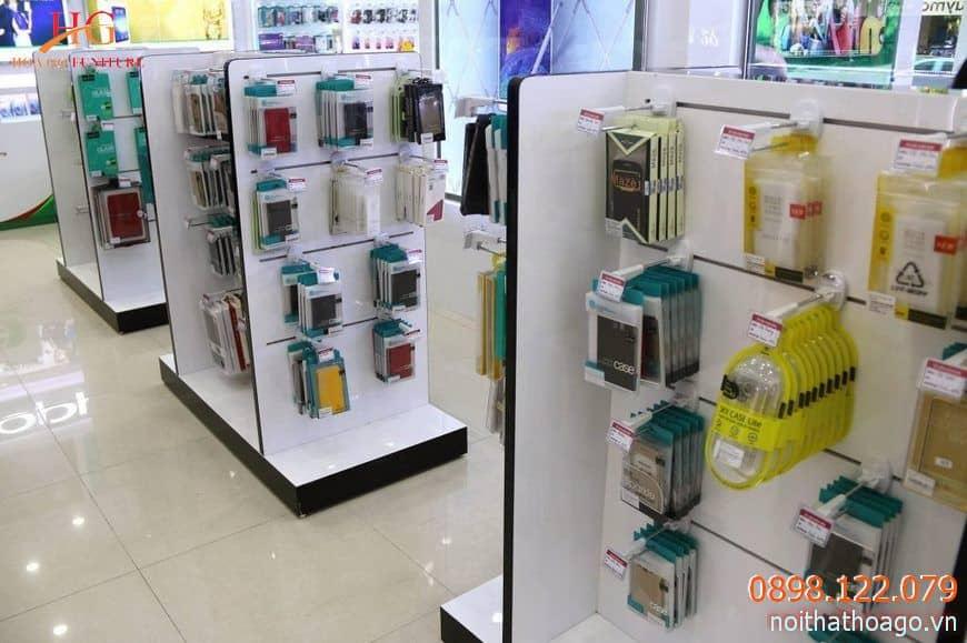 Nên chọn kệ và móc treo để trưng bày sản phẩm phụ kiện điện thoại