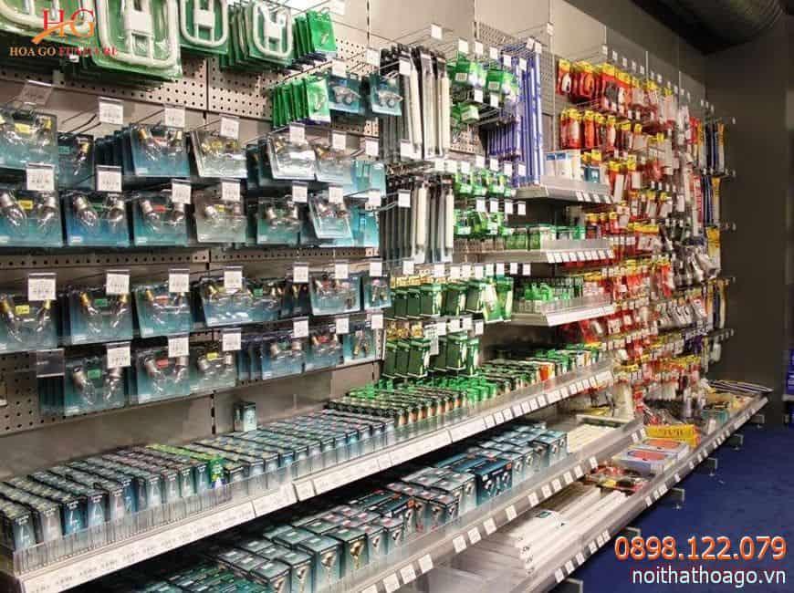 Nên phân loại, sắp xếp các sản phẩm liên quan lên kệ trưng bày đồ điện ở cạnh nhau