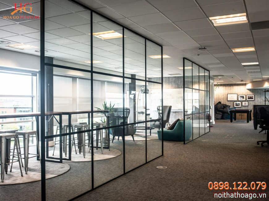 Vách ngăn kính cường lực đặc biệt thích hợp cho văn phòng và các phòng khách hiện đại
